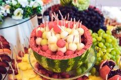 Buffet der Frucht und der Getränke Stockfoto