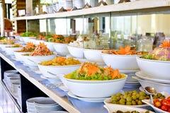 Buffet die ontbijt verzorgen bij hoteltoevlucht Stock Fotografie