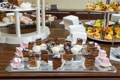 Buffet dolce delizioso con il bigné Fotografia Stock