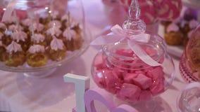 Buffet doux délicieux avec des petits gâteaux, buffet doux de vacances avec des petits gâteaux et meringues et d'autres desserts banque de vidéos