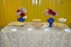 Buffet e fiori fotografie stock