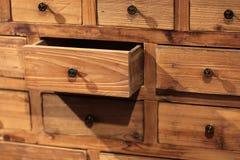 Buffet en bois avec de petits tiroirs photographie stock libre de droits