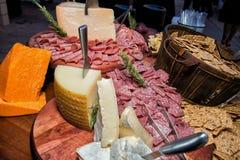 Buffet enorme degli alimenti del formaggio e della carne Fotografie Stock Libere da Diritti