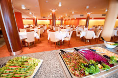Buffet in Esszimmer des Hotels Stockfotos