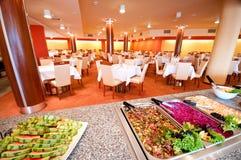 Buffet in Esszimmer des Hotels stockfotos