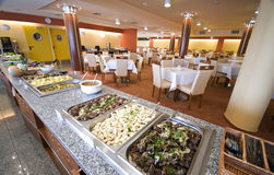 Buffet in Esszimmer des Hotels Stockbilder