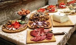 Buffet frío de la comida de la cena con las verduras fotos de archivo libres de regalías