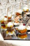 Buffet fresco italiano con il vetro della fragola e del salmone Fotografie Stock