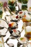 Buffet fresco italiano con il vetro della fragola e del salmone Immagini Stock Libere da Diritti