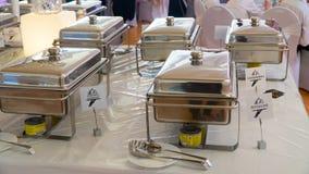 Buffet: heiße Teller sind auf dem Tisch Lizenzfreie Stockfotografie