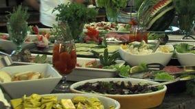 Buffet in het restaurant van het vijfsterrenhotel in Kranevo, Bulgarije stock videobeelden