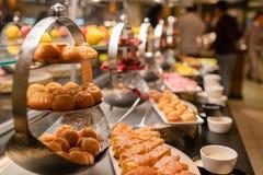 Buffet inclusif avec des bonbons et des desserts photographie stock