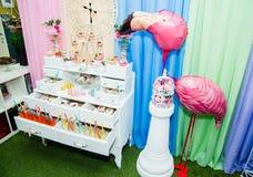 Buffet met dranken en snoepjes in Alice in de stijl die van het Sprookjesland worden verfraaid stock afbeeldingen