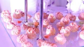 Buffet met snacks, Cocktail, snacks en alcohol bij het buffet, dranken op de gastronomische lijst, binnen, close-up stock videobeelden