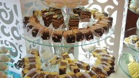 Buffet mit Bonbons auf dem Hochzeitsabschluß oben stock video footage