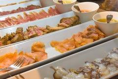 Buffet mit einem Überfluss am Lebensmittel Stockfoto