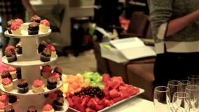 Buffet operato in un ambiente professionale stock footage