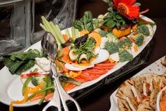 Buffet pranzante fine dell'insalata della cena del ristorante Immagine Stock
