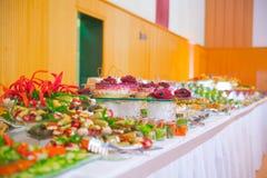 Buffet, Salate sind auf dem Tisch Lizenzfreie Stockfotografie