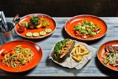 Buffet van luxueuze mediterrane snacks Hotdog, de ribben van het barbecuevarkensvlees, lapje vlees, Carbonara-deeg en krabsalade royalty-vrije stock foto's