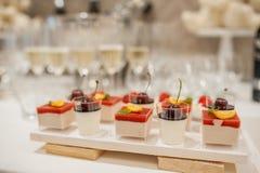 Buffet von Bonbons an der Hochzeitstafel stockfotos