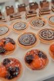 Buffet von Bonbons an der Hochzeitstafel Stockbilder