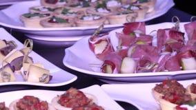 Buffetlijst met verschillende schotels: canapés, tartlets, snacks stock footage