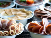 Buffetmaaltijd bij een hotel, voorgerecht Het hotelontbijt scheept allen in u buffet kunt eten stock fotografie