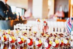 Buffettisch mit Bonbons und Früchten Stockbilder
