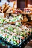 Buffettisch mit Bonbons und Früchten Lizenzfreie Stockfotos