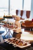 Buffettisch mit Bonbons und Früchten Lizenzfreie Stockfotografie