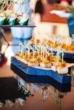Buffettisch mit Bonbons und Früchten Lizenzfreie Stockbilder