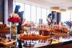 Buffettisch mit Bonbons und Früchten Lizenzfreies Stockfoto