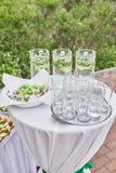 Buffettisch mit mojito und Gläser an der Feier lizenzfreie stockfotografie