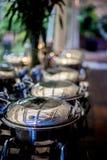 Buffettisch mit Reihe von Lebensmittel-Service-Dampf-Wannen Stockfotografie