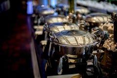 Buffettisch mit Reihe von Lebensmittel-Service-Dampf-Wannen Lizenzfreies Stockbild