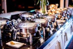 Buffettisch mit Reihe von Lebensmittel-Service-Dampf-Wannen Lizenzfreie Stockbilder