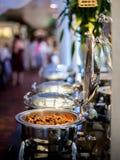 Buffettisch mit Reihe von Lebensmittel-Service-Dampf-Wannen Lizenzfreies Stockfoto