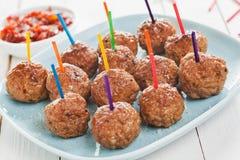 Buffetvertoning van smakelijke kruidige vleesballetjes Royalty-vrije Stock Foto's