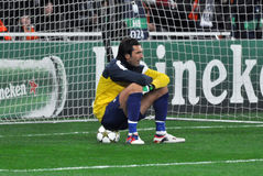 Buffon se repose sur la bille dans le but Photographie stock libre de droits