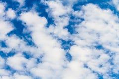 Tło puszyste chmury przeciw niebieskiemu niebu Obraz Royalty Free