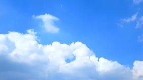 Bufiasty puszysty biały chmury niebieskiego nieba czasu upływu ruchu chmury tło, Chmurnego nieba timelapse, Piękny cloudscape z a zdjęcie wideo