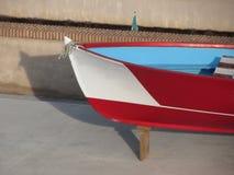 Bug des hölzernen laufenden Bootes mit zehn Sitzen unter Reparatur im Trockendock in Livorno, Toskana, Italien Lizenzfreie Stockbilder
