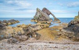 Buga Fiddle Rock, naturlig havsbåge nära Portknockie på denöstliga kusten av Skottland arkivbild