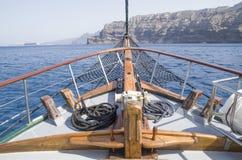 Buga på träskeppet i havet, Santorini royaltyfria bilder
