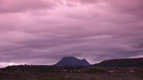 Bugarach enarbola asemejarse a monte Sinaí con las nubes móviles en Corbieres metrajes