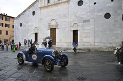 Bugatti bleu T40, conduit par Juan Tonconogy et Guillermo Berisso, participe à la course 1000 de voiture classique de Miglia le 1 Images stock