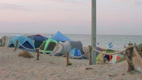 BUGAZ,俄罗斯- 2018年8月24日:旅游五颜六色的帐篷看法在帐篷阵营的在海岸 股票视频
