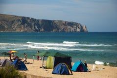 Bugerru,意大利6月11日:海滩的未认出的人与ro 免版税库存图片