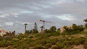 Buggiba,马耳他30 可以2019年-建筑用起重机,不用workes在多雨黑暗的多云风暴日 股票录像